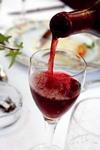 ワインを注ぐ写真